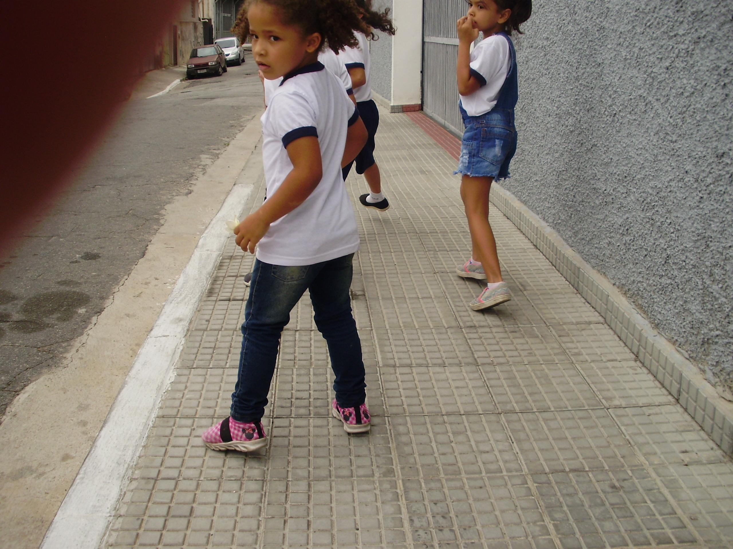 Grupo Emily, Maria Sofia, Ryan e Artur: Calçada larga para brincar