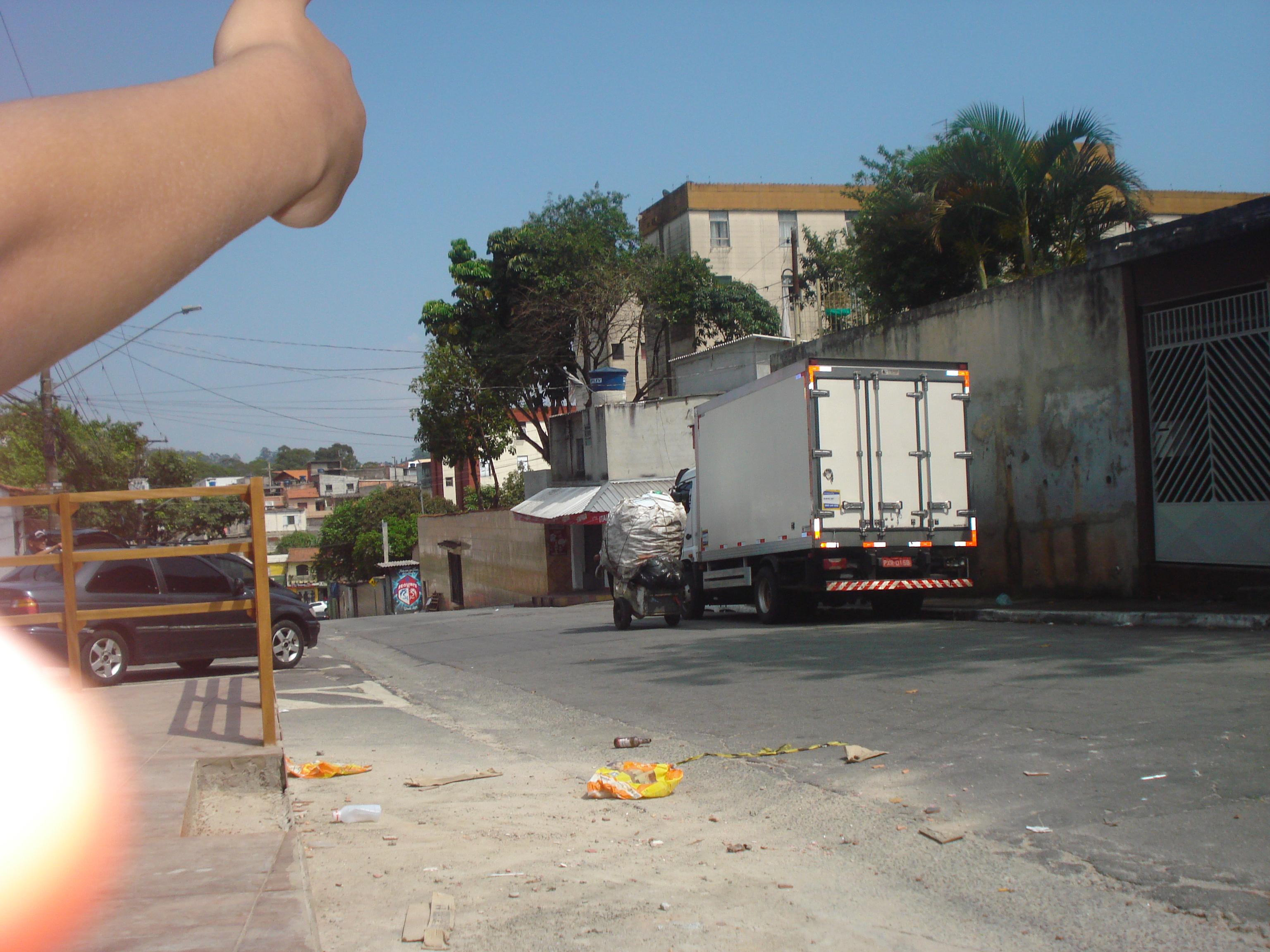 Enzo: Caminhão ocupando espaço na rua.